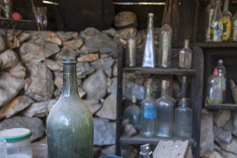 Φραγμός με τα παλαιά σκονισμένα μπουκάλια στοκ φωτογραφία