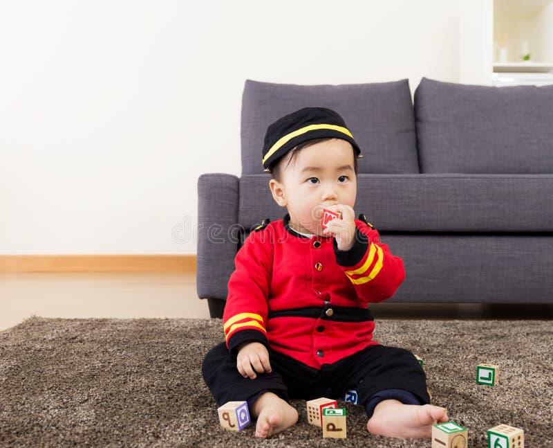 Φραγμός παιχνιδιών δαγκωμάτων μικρών παιδιών στοκ εικόνα με δικαίωμα ελεύθερης χρήσης
