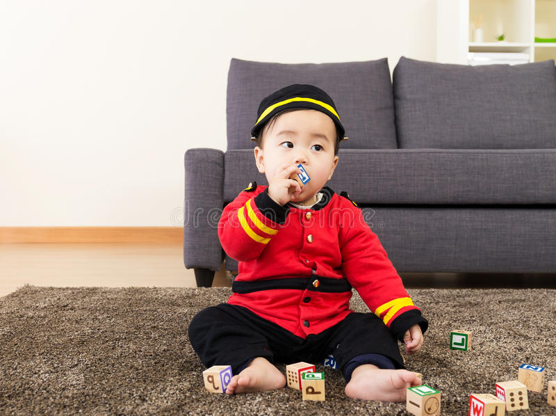 Φραγμός παιχνιδιών δαγκωμάτων μωρών της Ασίας στοκ φωτογραφίες με δικαίωμα ελεύθερης χρήσης
