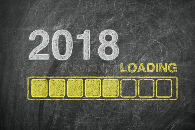 Φραγμός προόδου που παρουσιάζει φόρτωση του νέου έτους του 2018 στον πίνακα κιμωλίας στοκ φωτογραφίες με δικαίωμα ελεύθερης χρήσης