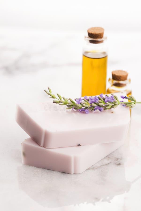 Φραγμός του φυσικού σαπουνιού με φρέσκο lavender και το ουσιαστικό έλαιο στοκ εικόνες