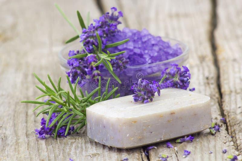 Φραγμός του φυσικών σαπουνιού, των χορταριών και του άλατος λουτρών στοκ εικόνες