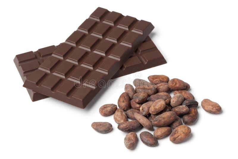 Φραγμός του chocolat με τα φασόλια κακάου στοκ φωτογραφία με δικαίωμα ελεύθερης χρήσης