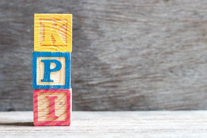Φραγμός χρώματος στη σύντμηση λέξης KPI του βασικού δείκτη απόδοσης στο ξύλινο υπόβαθρο στοκ εικόνα