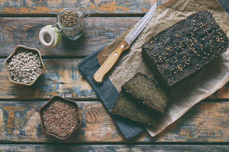 Φραντζόλα ψωμιού της Apple από τους σπόρους ηλίανθων, το chia και τους σπόρους λιναριού ψήσιμο σπιτικό paleo σιτηρεσίου Οργανικά  στοκ εικόνα