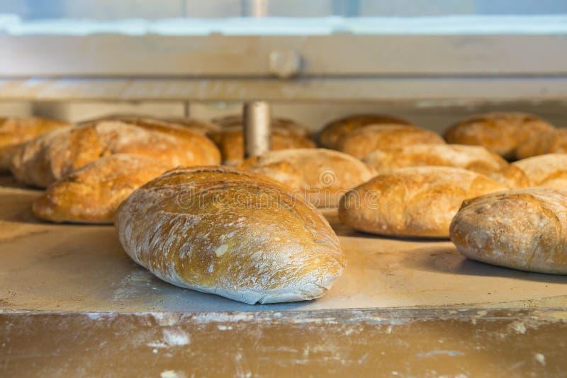 Φραντζόλες του ψωμιού μέσα σε έναν ξύλινος-καίγοντας φούρνο στοκ φωτογραφίες με δικαίωμα ελεύθερης χρήσης
