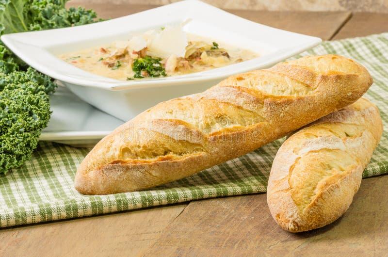 Φραντζόλες του ψωμιού με το κύπελλο της σούπας στοκ φωτογραφία με δικαίωμα ελεύθερης χρήσης