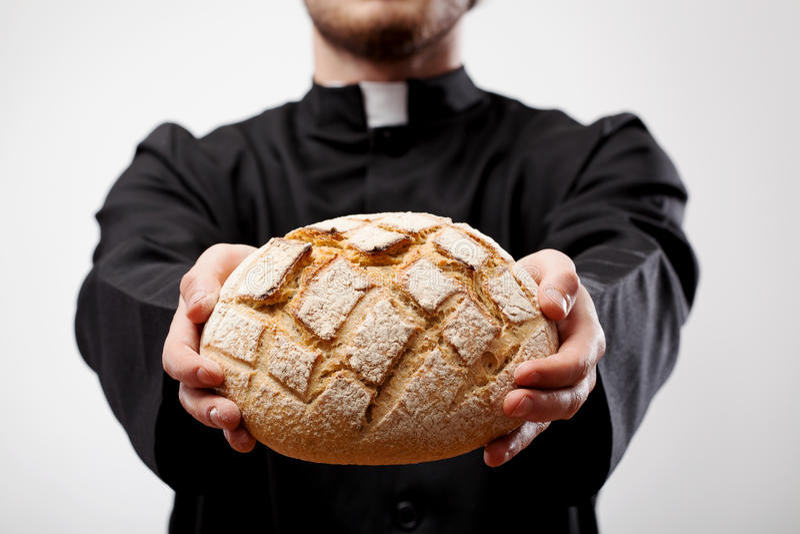 Φραντζόλα εκμετάλλευσης ιερέων του ψωμιού στοκ φωτογραφίες
