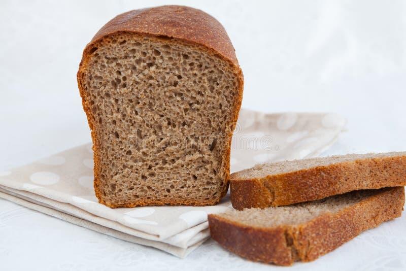 Φραντζόλα του ψωμιού και φέτες του ψωμιού στοκ φωτογραφίες