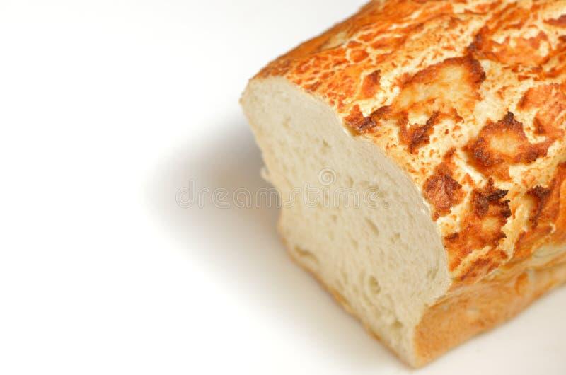Φραντζόλα του ψωμιού με ένα τέλος που τεμαχίζεται μακριά στοκ εικόνες με δικαίωμα ελεύθερης χρήσης