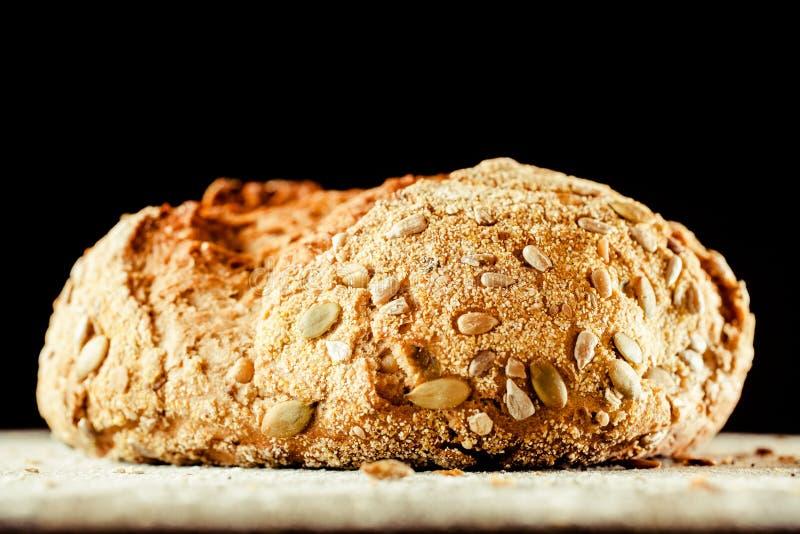 Φραντζόλα του ψωμιού Artisinal που καλύπτεται με τους σπόρους Pepita στοκ εικόνες