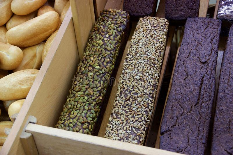 Φραντζόλες του σκοτεινού ψωμιού με τους σπόρους ηλίανθων και κολοκύθας, Αρμενία στοκ φωτογραφία