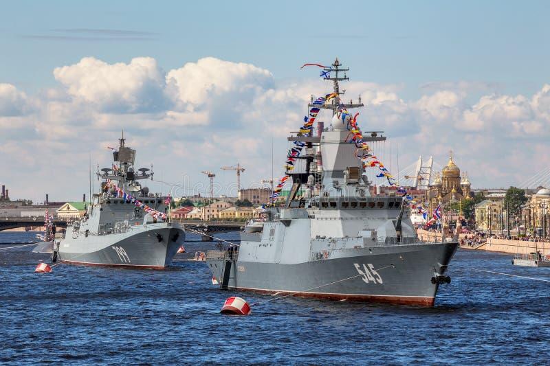 Φρεγάτα Makarov ναυάρχων και δρόμωνας Stoykiy στη ναυτική παρέλαση την ημέρα του ρωσικού στόλου στη Αγία Πετρούπολη στοκ φωτογραφίες με δικαίωμα ελεύθερης χρήσης
