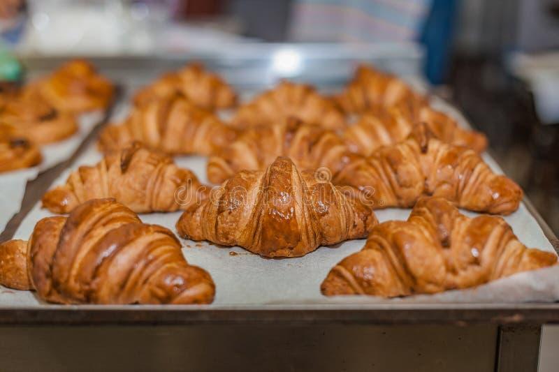 Φρεσκοψημένα κρουασάν σε φύλλο ψησίματος Εμπορική κουζίνα στοκ φωτογραφία με δικαίωμα ελεύθερης χρήσης