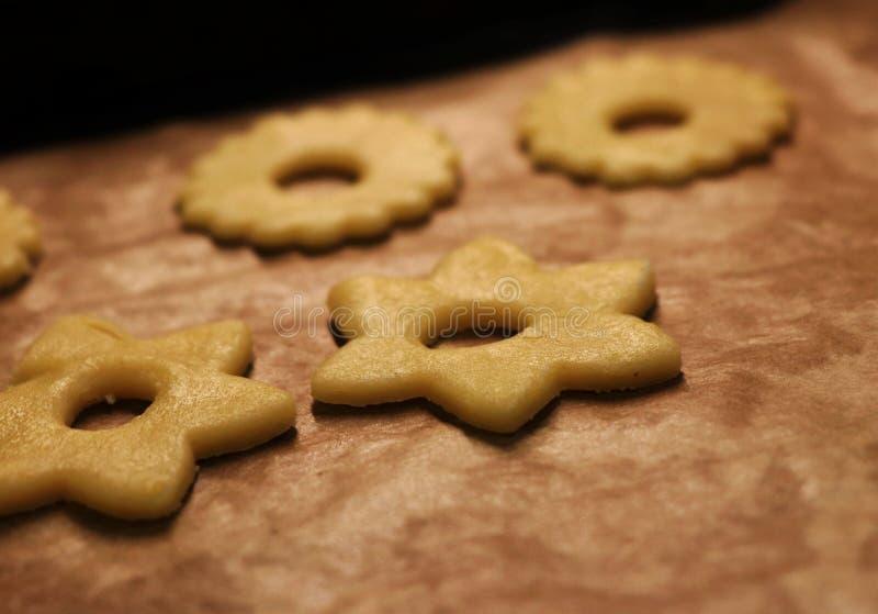 Φρεσκοψημένα χριστουγεννιάτικα μπισκότα στο φύλλο ψησίματος Γλυκά για τον Άγιο Βασίλη ή το μωρό Ιησού Ο Δεκέμβριος είναι εδώ και  στοκ φωτογραφία