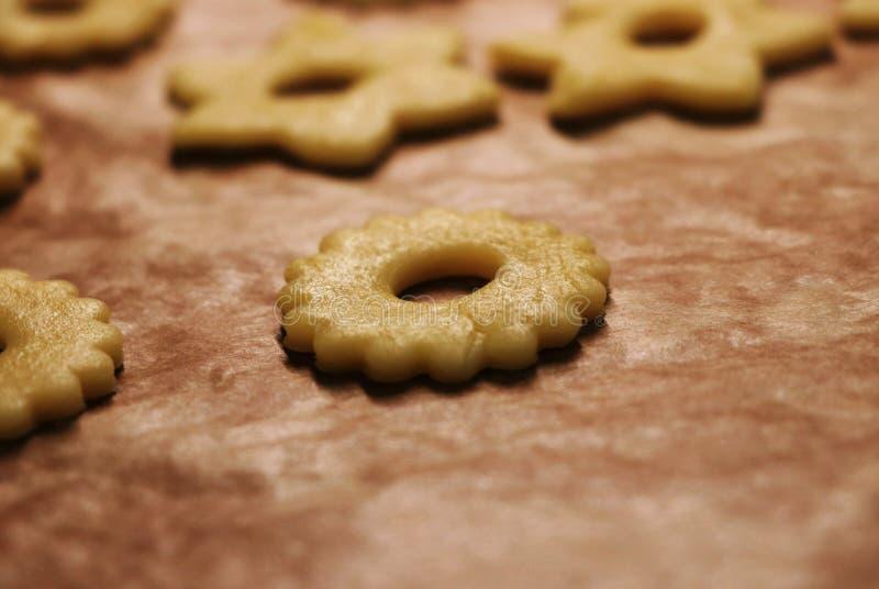 Φρεσκοψημένα χριστουγεννιάτικα μπισκότα στο φύλλο ψησίματος Γλυκά για τον Άγιο Βασίλη ή το μωρό Ιησού Ο Δεκέμβριος είναι εδώ και  στοκ εικόνες με δικαίωμα ελεύθερης χρήσης