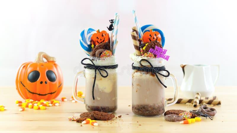 Φρικτά κουνήματα αποκριών -τάσης που διακοσμούνται με την καραμέλα, μπισκότα και lollipops στοκ εικόνα με δικαίωμα ελεύθερης χρήσης
