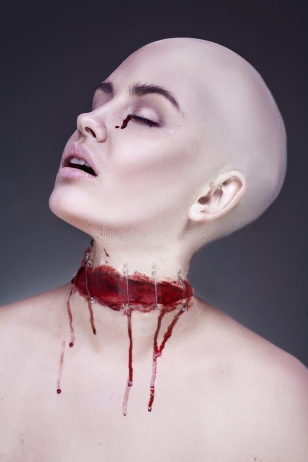 Φρικτή τρομακτική γυναίκα zombie το μαύρο τρίχωμα αποκριές μακριές φαίνεται makeup προκλητικό πλάνο κολοκύθας χαμογελώντας για να στοκ εικόνες