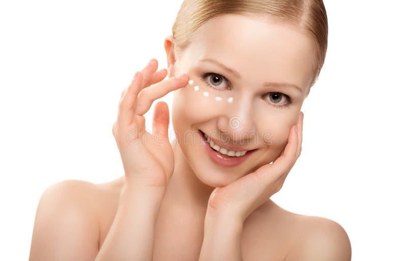 Φροντίδα δέρματος. πρόσωπο της όμορφης υγιούς γυναίκας με την κρέμα που απομονώνεται στοκ φωτογραφία με δικαίωμα ελεύθερης χρήσης