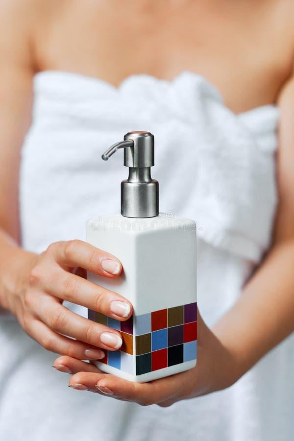 Φροντίδα δέρματος χεριών Κλείστε επάνω του θηλυκού σωλήνα κρέμας εκμετάλλευσης χεριών, όμορφα χέρια γυναικών με τα φυσικά καρφιά  στοκ φωτογραφία