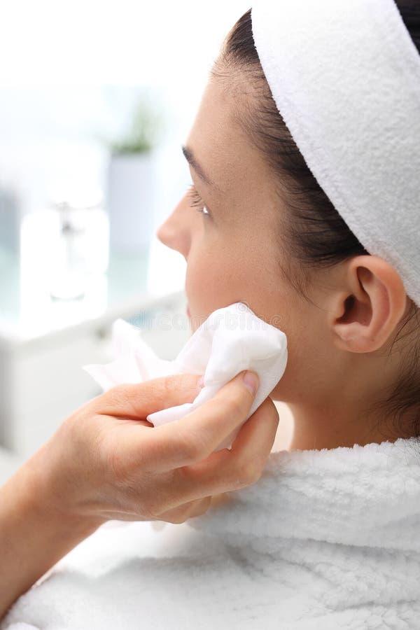Φροντίδα δέρματος του προσώπου, μια γυναίκα στο σαλόνι ομορφιάς στοκ φωτογραφία με δικαίωμα ελεύθερης χρήσης
