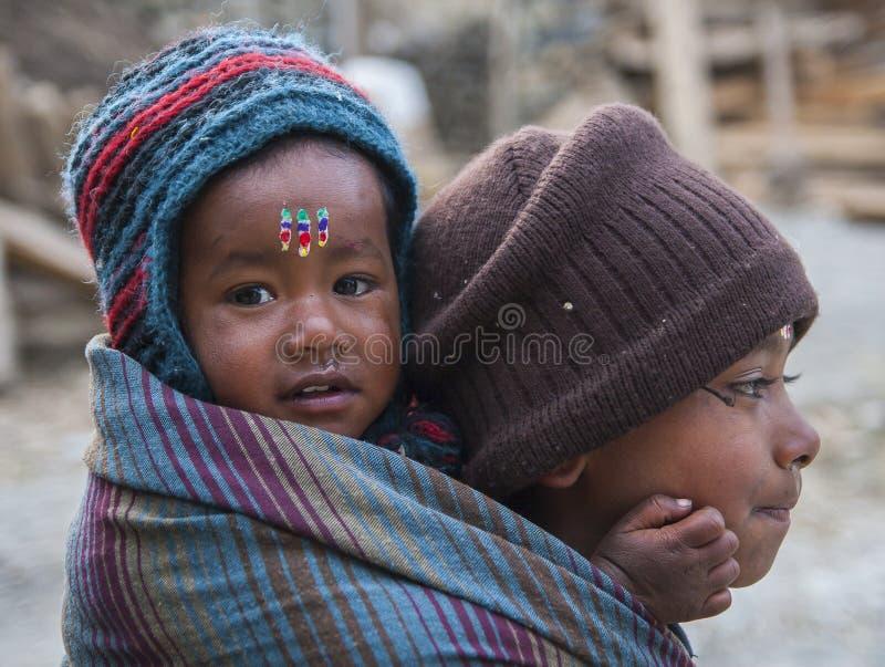 Φροντίδα των παιδιών του Νεπάλ για τα παιδιά στοκ φωτογραφίες