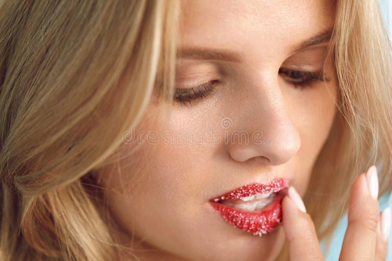 Φροντίδα χειλικού δέρματος Η όμορφη γυναίκα με το χείλι ζάχαρης τρίβει στα χείλια στοκ φωτογραφία με δικαίωμα ελεύθερης χρήσης
