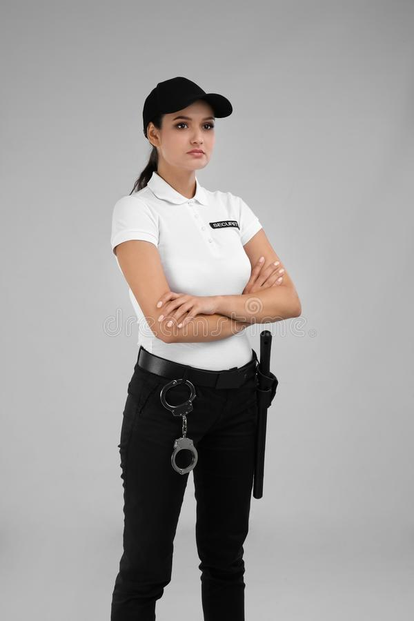 Φρουρά ασφάλειας σε ομοιόμορφο στο υπόβαθρο χρώματος στοκ εικόνες με δικαίωμα ελεύθερης χρήσης