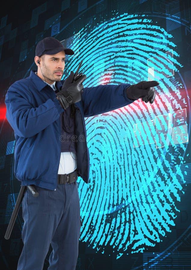 Φρουρά ασφάλειας που χρησιμοποιεί το ραδιόφωνο δείχνοντας μακριά ενάντια στο δακτυλικό αποτύπωμα στην οθόνη στοκ εικόνες