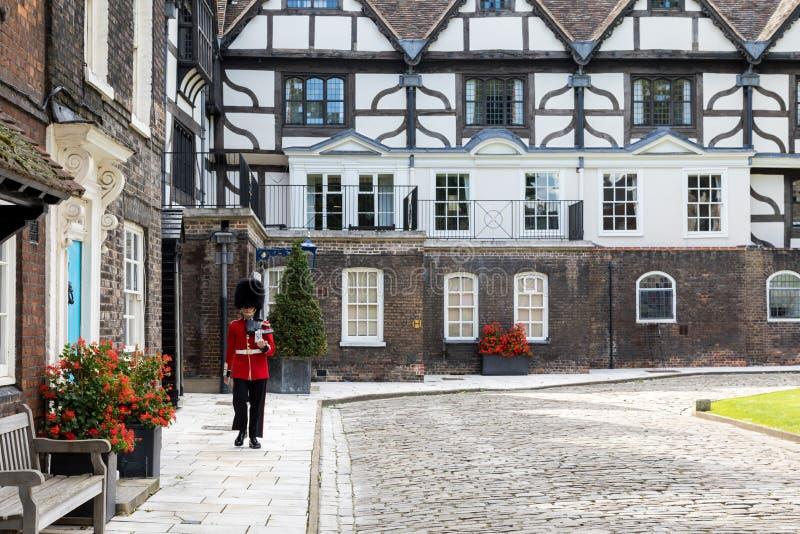 Φρουρά και εξοχικά σπίτια στον πύργο του Λονδίνου στοκ εικόνες