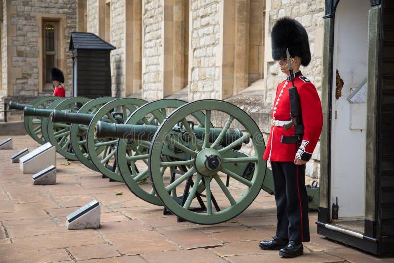 Φρουρά σκοπών στον πύργο του Λονδίνου στοκ φωτογραφία