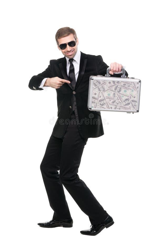 Φρουρά Securuty που δείχνει το δάχτυλό του προς τη βαλίτσα μετάλλων στοκ εικόνες με δικαίωμα ελεύθερης χρήσης
