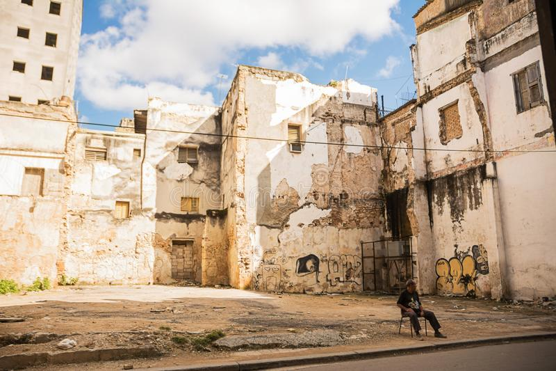Φρουρημένος χώρος στάθμευσης μεταξύ των παρακμιακών παλατιών της Αβάνας ` s στοκ εικόνα με δικαίωμα ελεύθερης χρήσης