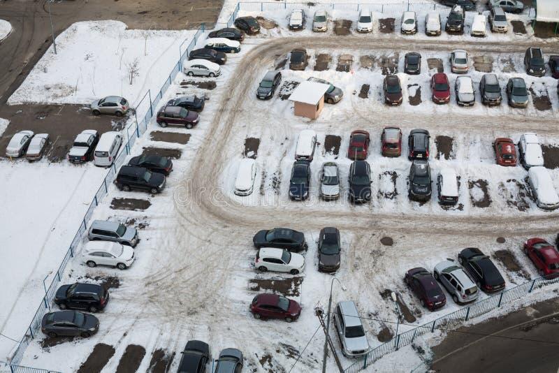 Φρουρημένος χώρος στάθμευσης με πολλά αυτοκίνητα το χειμώνα στοκ φωτογραφία με δικαίωμα ελεύθερης χρήσης