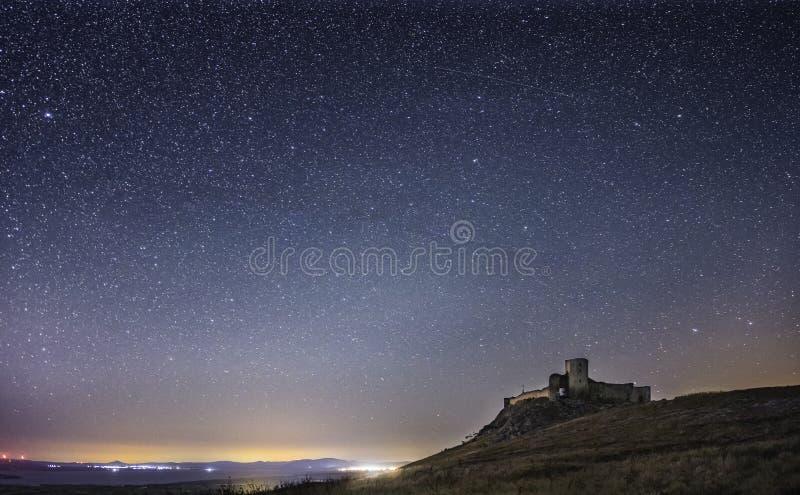 Φρούριο Enisala τή νύχτα, έναστρος ουρανός, ορατός γαλακτώδης γαλαξίας τρόπων, σαφής ουρανός, μακροχρόνια έκθεση στοκ εικόνες με δικαίωμα ελεύθερης χρήσης