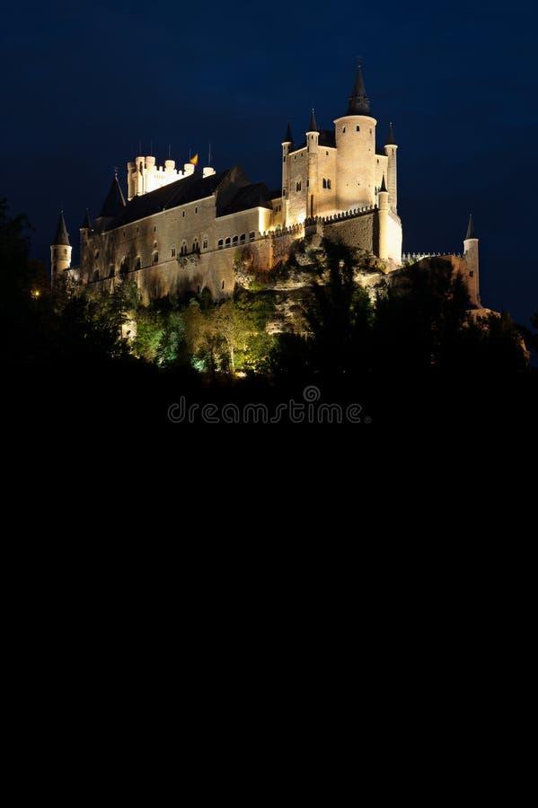 Φρούριο Segovia ενάντια τσιμπημένος με τον ουρανό στο σούρουπο στοκ φωτογραφία