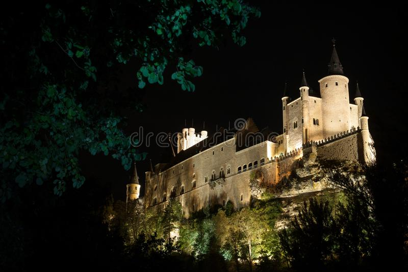 Φρούριο Segovia ενάντια τσιμπημένος με τον ουρανό στο σούρουπο στοκ φωτογραφίες με δικαίωμα ελεύθερης χρήσης