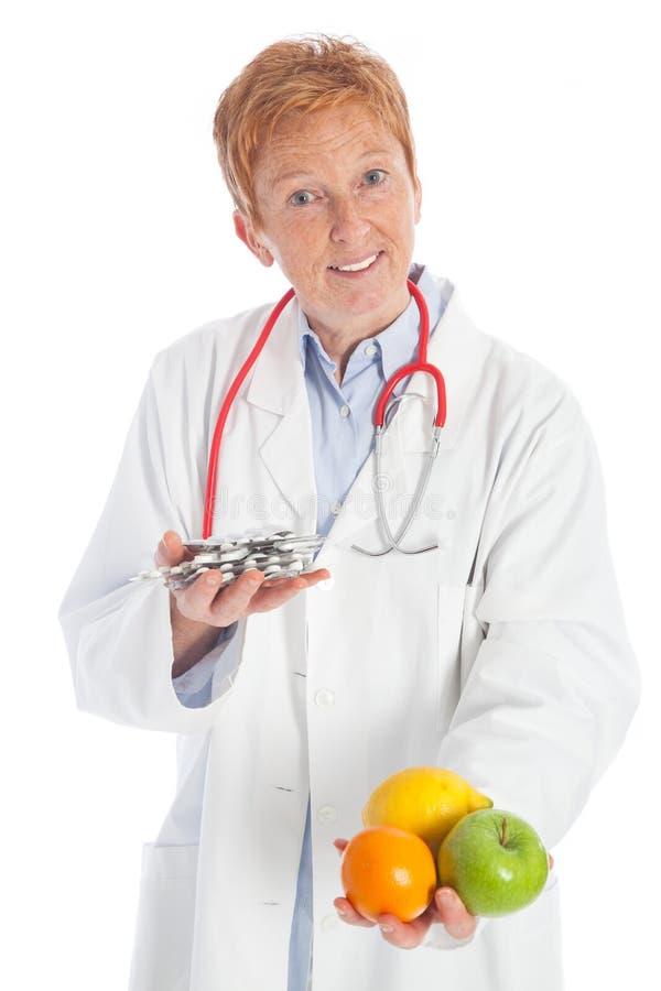 Φρούτα ή χάπια στοκ φωτογραφίες με δικαίωμα ελεύθερης χρήσης
