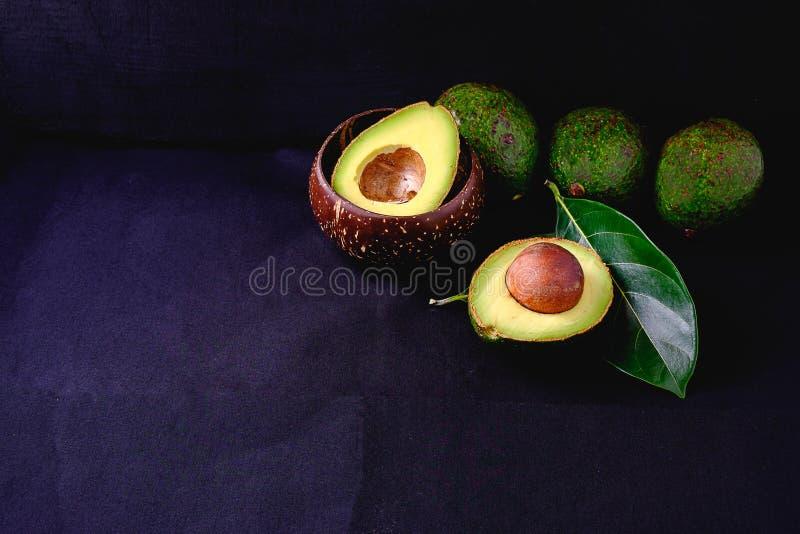 Φρούτα αβοκάντο και φύλλα αβοκάντο στοκ φωτογραφίες
