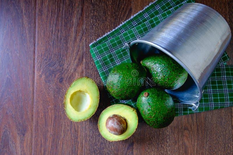 Φρούτα αβοκάντο που κόβονται στο μισό στοκ φωτογραφία