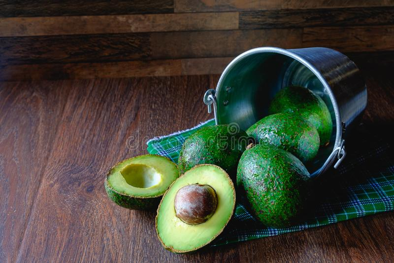Φρούτα αβοκάντο που κόβονται στο μισό στοκ φωτογραφίες με δικαίωμα ελεύθερης χρήσης