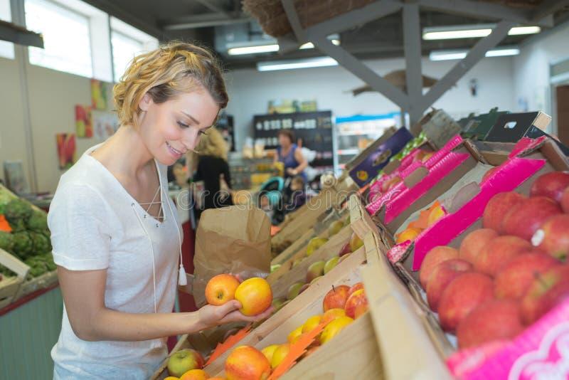 Φρούτα αγοράς κοριτσιών στην τοπική αγορά στοκ φωτογραφίες με δικαίωμα ελεύθερης χρήσης