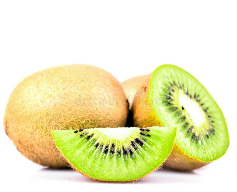 Φρούτα ακτινίδιων και τα τεμαχισμένα τμήματά του που απομονώνονται στην άσπρη διακοπή υποβάθρου στοκ εικόνες
