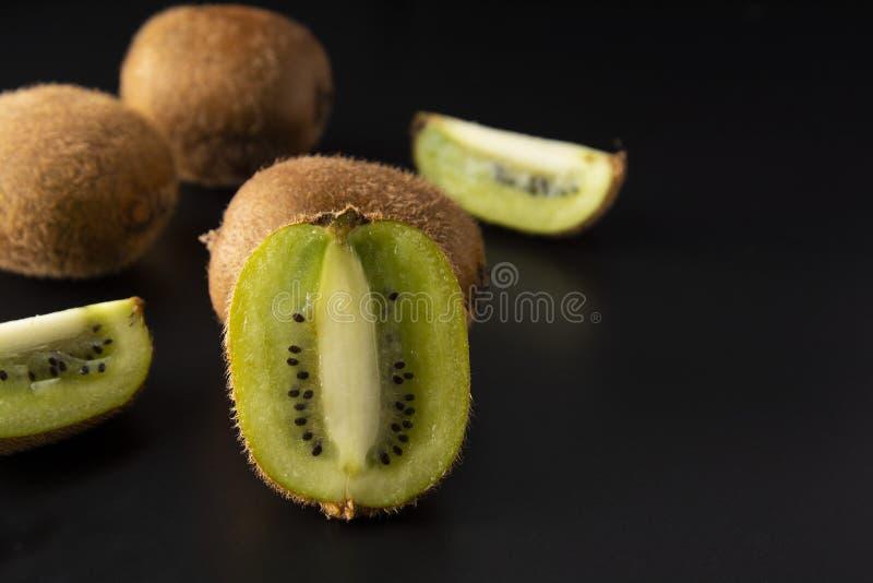 Φρούτα ακτινίδιων που απομονώνονται στο μαύρο υπόβαθρο, φρέσκα φρούτα ακτινίδιων Φρούτα θερινών βιταμινών Υγιές τρόφιμα ή επιδόρπ στοκ φωτογραφία με δικαίωμα ελεύθερης χρήσης