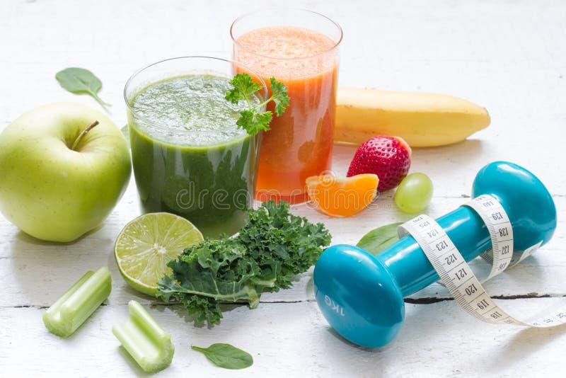 Φρούτα, λαχανικά, χυμός, καταφερτζής και dumbell διατροφή και ικανότητα υγείας στοκ φωτογραφίες