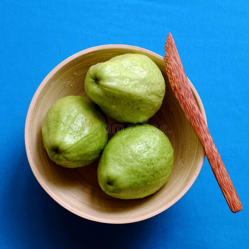 Φρούτα γκοϋαβών με τεμαχισμένος στο μπλε υπόβαθρο, πλούσια βιταμίνη C, ίνα και φτηνός στοκ φωτογραφία με δικαίωμα ελεύθερης χρήσης