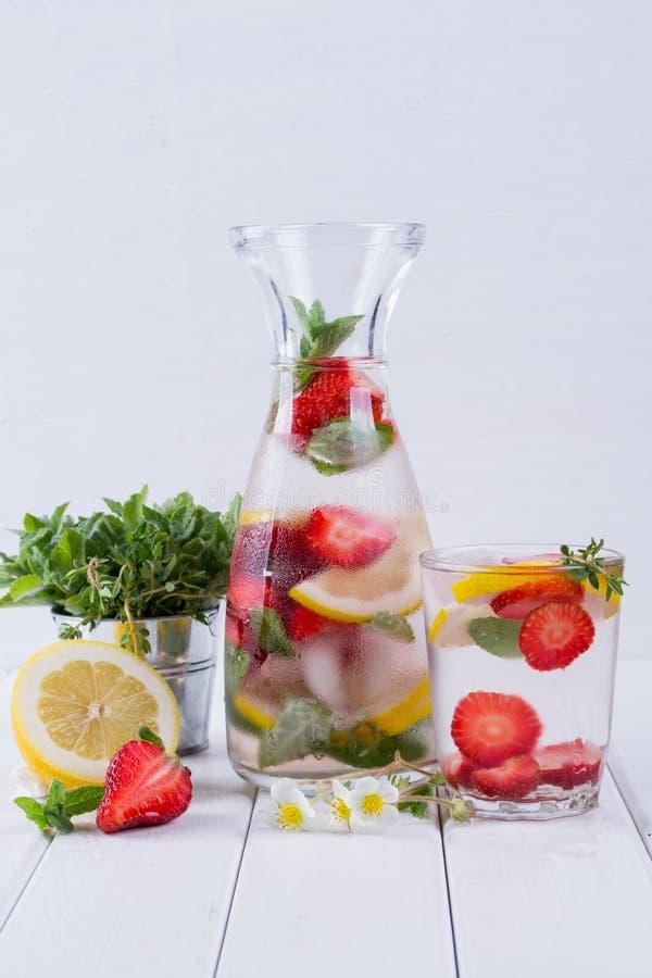 Φρούτα και εμποτισμένο χορτάρι νερό Κρύο αναζωογονώντας νερό βιταμινών πορτοκαλί θερινό ύδωρ πάγου ποτών εσπεριδοειδών καραφών στοκ εικόνα με δικαίωμα ελεύθερης χρήσης