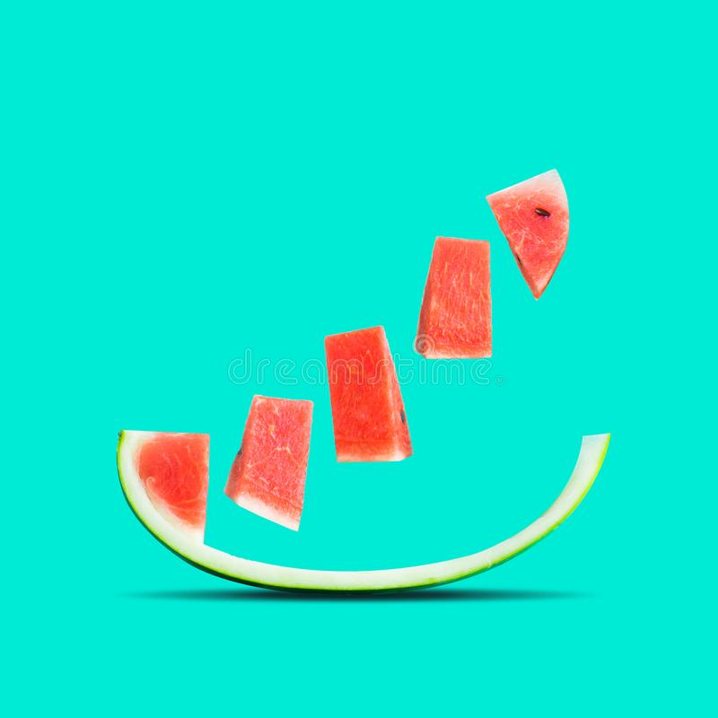 Φρούτα και ιδέα θερινής έννοιας με το καρπούζι σε ζωηρόχρωμο στοκ εικόνες