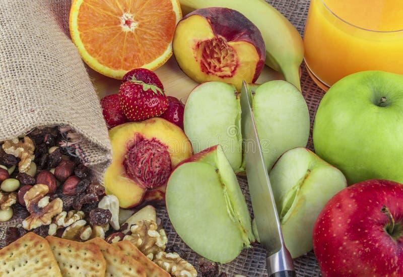 Φρούτα και καρύδια με το χυμό στοκ φωτογραφίες