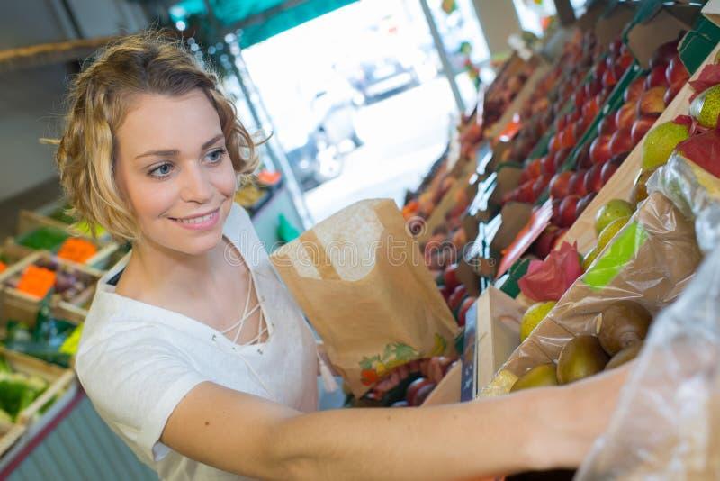 Φρούτα και λαχανικά αγοράς γυναικών στην τοπική αγορά τροφίμων στοκ φωτογραφία με δικαίωμα ελεύθερης χρήσης
